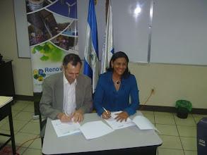 Photo: Firma de convenio entre ECODES y Renovables - Febrero 2011, Managua