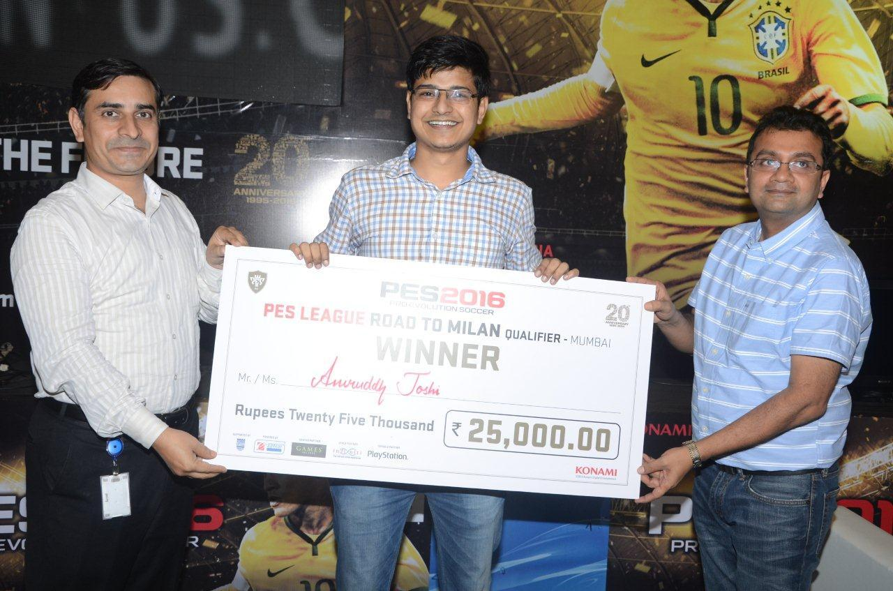 Z:\MAYURI SAXENA\MAYU\PES LEAGUE EVENT PICS\Sawant sorted\PES 2016 EVENT PHOTOS\LOW\Mr Anand Khemani_Right_Awarding the cheque to winner.jpg