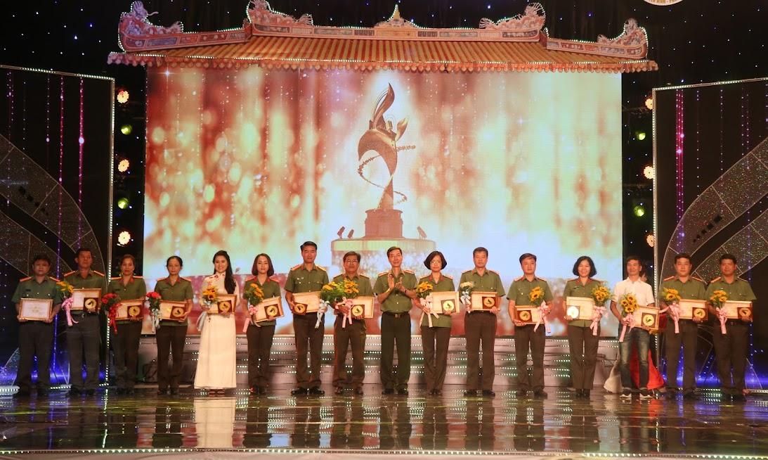 Thiếu tướng Phạm Văn Miên, Phó Cục trưởng Cục Truyền thông CAND, TBT Báo CAND trao giải Vàng cho Tác phẩm Phát thanh. (Đại diện Truyền hình An Ninh Nghệ An đứng thứ 5 từ trái sang phải)