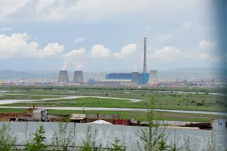 Photo: Ulan Bator - Cette région de la Mongolie connait les plus vastes amplitudes thermiques de la planète : de -40° en hiver, à +40° en été. Alors il faut chauffer tout ce monde. Quoi de mieux qu'une bonne centrale nucléaire russe près de chez soi ? De quoi fournir l'électricité en direct, et l'eau chaude ! Bon, on laissera aux descendants le choix entre trouver une solution technologique (abordable) pour démanteler ce machin, à moins qu'il ne reste tout simplement qu'à retourner camper sous la yourte...