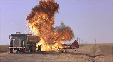 Photo: Intriga Internacional: Avião bate em Caminhão de gasolina