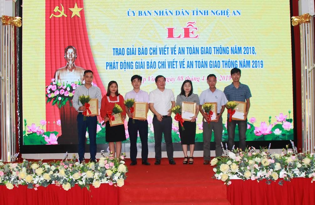 Ban tổ chức trao giải Ba cho các tác giả
