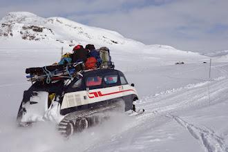 Photo: Skituristane vert frakta inn til Eidsbugarden i verdas tøffaste køyretøy.