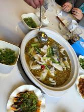 Photo: まるごと一匹のおさかなを先に入れて、魚を食べてから野菜をいれるそうです。山椒の鍋。