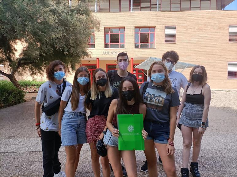 Grupo de 3º de Psicología, a las puertas del Aulario III del campus.