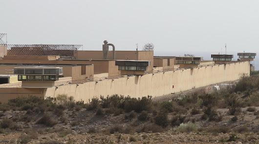 Tres detenidos por lanzar drogas y teléfonos móviles al interior de El Acebuche