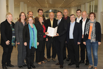 Unterzeichnung der Erklärung zur Stärkung der Friedensbildung mit Kuminister Andreas Stoch (SPD) am 30 Okt 2014.jpg