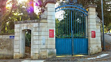 Photo: Le voyage s'achève au Potager du Dauphin, un petit jardin intimiste au charme désuet -Guide de balade à vélo de Sceaux à Meudon par veloiledefrance.com