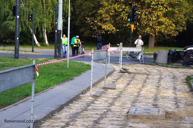 Widać, że jest duża potrzeba wybudowania w tym miejscu przejazdu dla rowerów