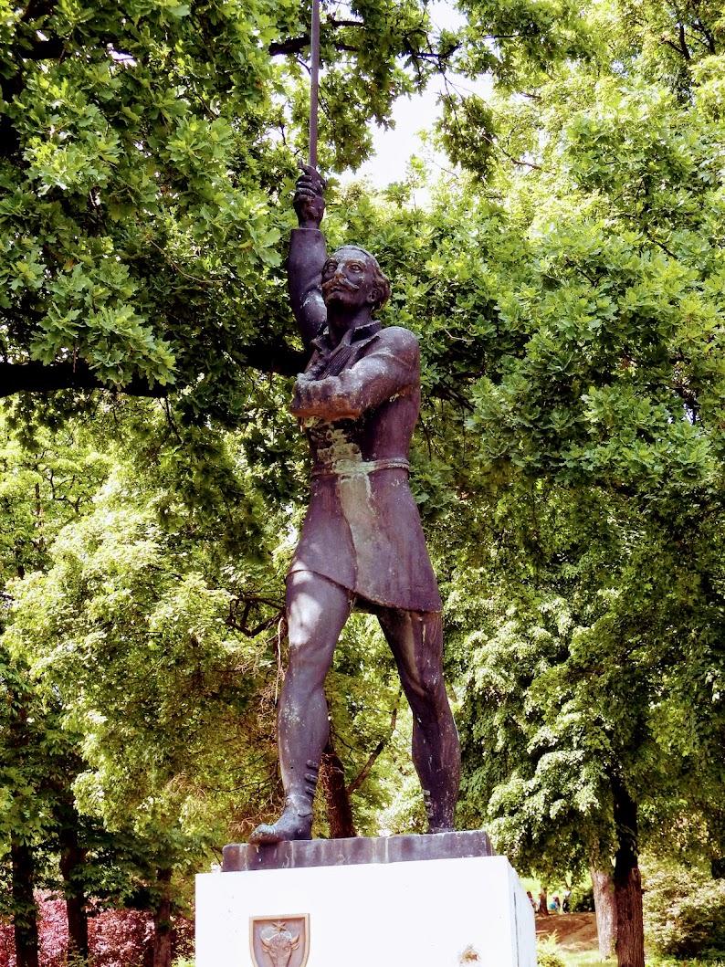 Esztergom - Balassa Bálint-szobor a várhegy déli lábánál