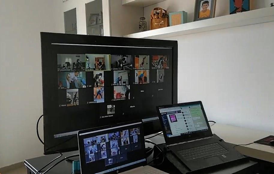 A través de internet, Fran Barros comprueba los entrenamientos de sus alumnos.