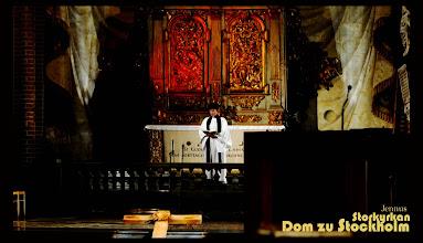 Photo: Karfreitag in St. Nikolai kyrka /Storkyrkan in der Gamla Stan  Die Storkyrkan ist nicht nur Stockholm bedeutendste Kirche, sie ist auch das älteste Gotteshaus der Stadt. Bereits im Jahr 1306 wurde sie geweiht.  Storkyrkan dateras till 1279, då den för första gången nämns i skrift, och är den enda av Stockholms medeltida byggnader som oavbrutet använts för sitt ursprungliga ändamål. Sedan 1527 är Storkyrkan en luthersk protestantisk kyrka, idag erbjuds ett stort utbud av gudstjänster och konserter. Vigseln mellan DD.KK.HH. Kronprinsessan Victoria och Prins Daniel ägde rum i Storkyrkan lördagen den 19 Juni 2010.