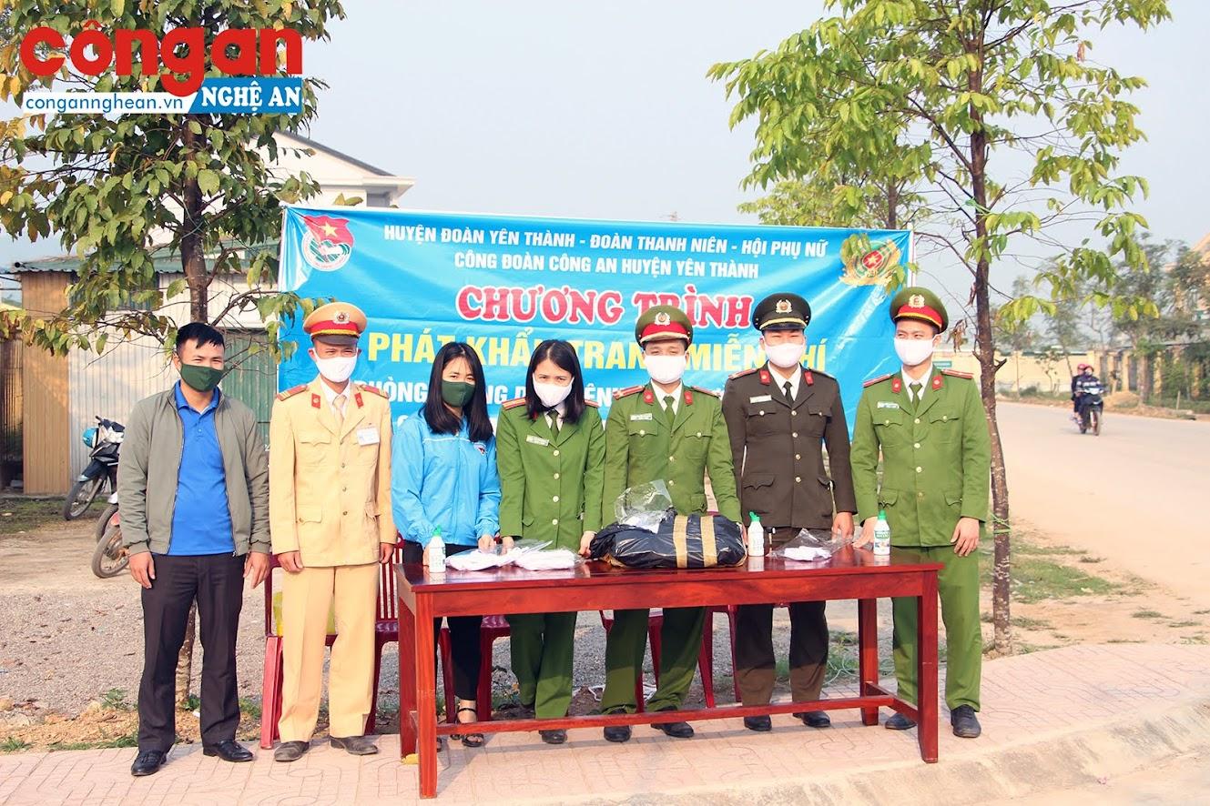 Đoàn thanh niên, Hội phụ nữ, Công đoàn Công an huyện Yên Thành chuẩn bị khẩu trang cấp phát miễn phí cho người dân