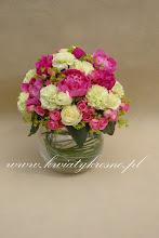 Photo: Piękna kompozycja na stoły weselne.  Amarantowe peonie dodają jej świeżości, a róże szyku i elegancji.