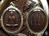 เหรียญกนกข้างใหญ่(รุ่นสุดท้าย)เนื้อทองแดงร่มดำ วัดช้างเผือก ๒๕๑๙ สวยเลี่ยมเงิน