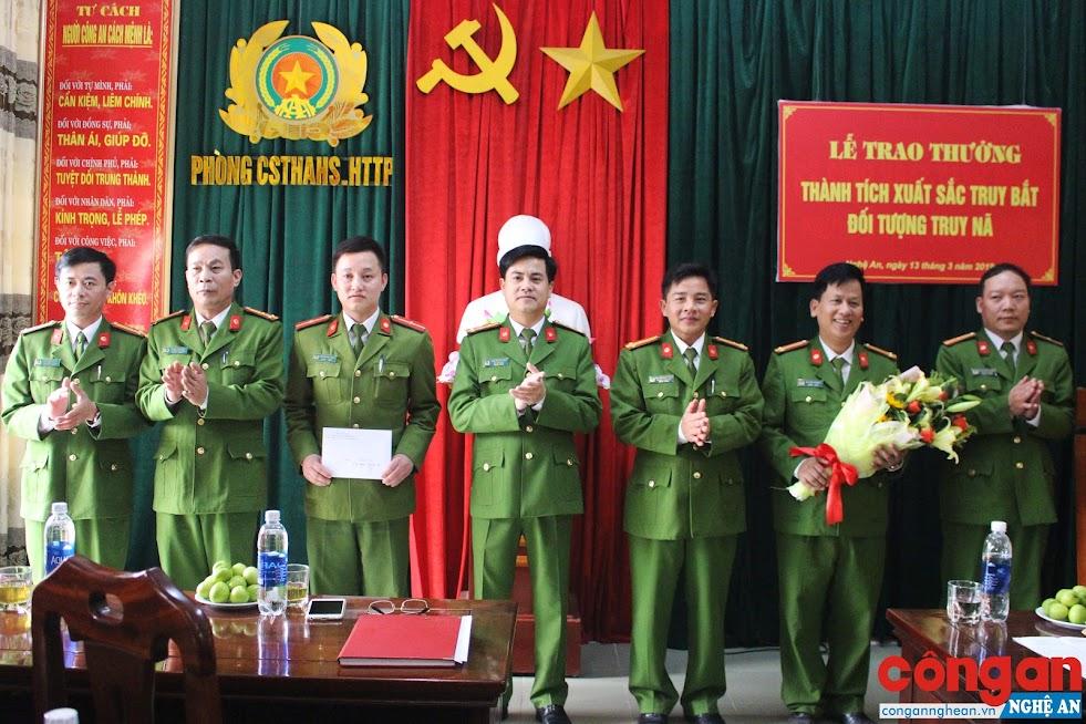 Đồng chí Đại tá Nguyễn Đức Hải trao thưởng cho Phòng Cảnh sát Thi hành án hình sự và Hỗ trợ tư pháp