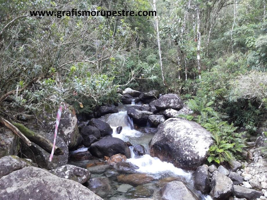 Trilha do Paiolinho - Pedra da Mina - Riacho lindo com água cristalina.