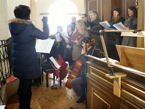 Photo: Unser Kirchenchor und das kleine Orchester, am Cello Lukas Lauermann