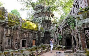 Photo: Vihreää, harmaata, kiveä, puita - ja turisti