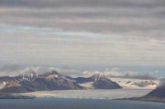 Photo: Vue du spitsberg à partir de l'ile de prins karl forland. Le mouillage qui va nous accueillir pour les vent de nord !