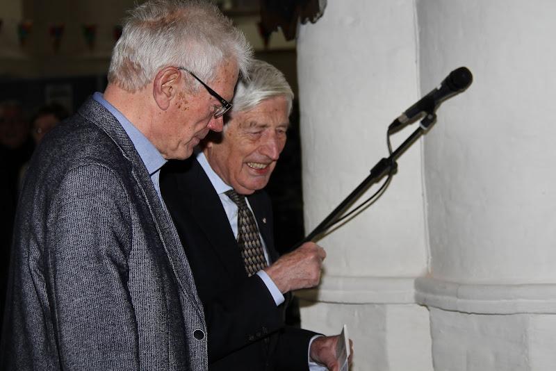 Photo: Voormalig premier Dries van Agt wordt ontvangen als eregast door Jan Roest, lid van de jubileumcommissie