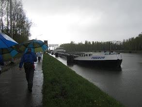 Photo: onder moeders paraplu langs het kanaal