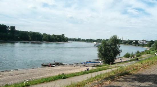 Das Rheinufer bei der Benrather Rheinterrasse mit Blick zum Reisholzer Hafen.