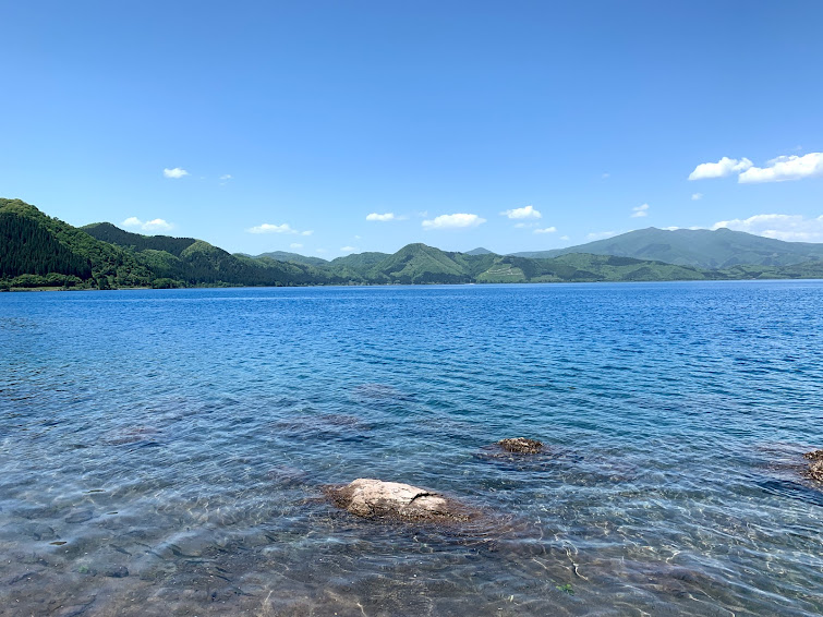 たつこ像前の田沢湖の湖面