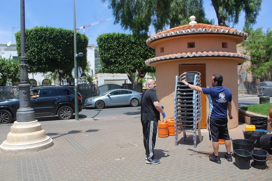 Cliente preguntando por el día apertura del Kiosko El Lengüetas, situado en la Plaza España de Ciudad Jardín.
