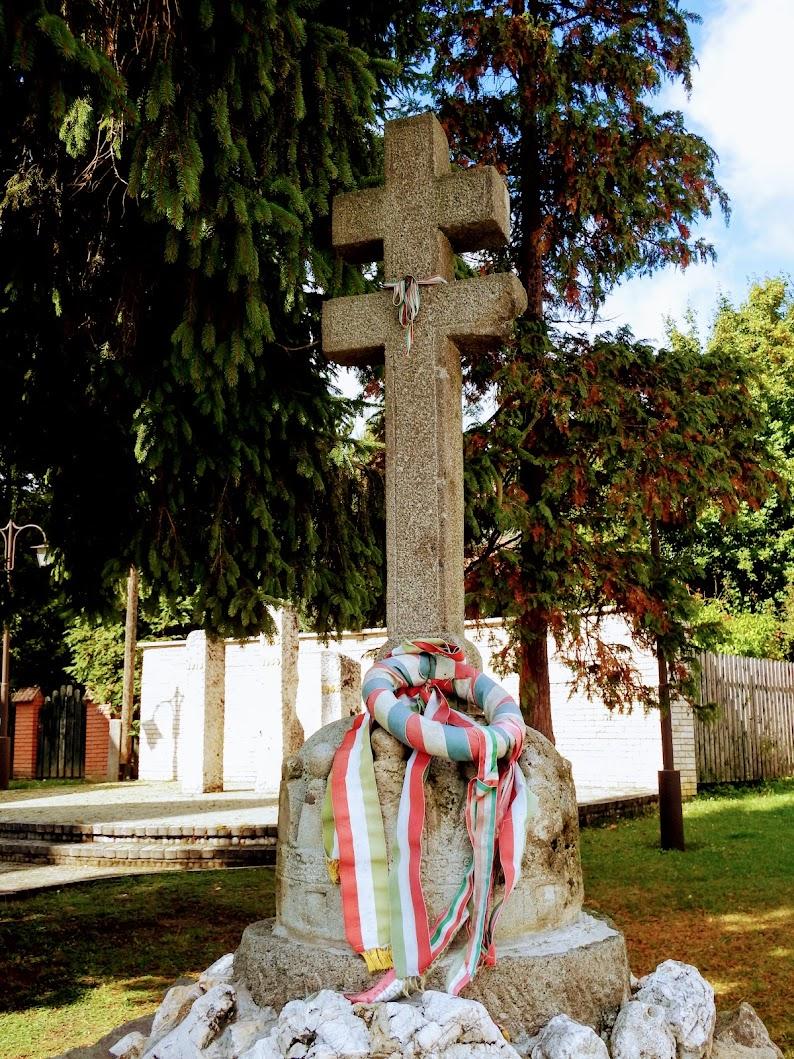 Pilisszentkereszt - Hősi emlékmű a templom melletti Emlékparkban