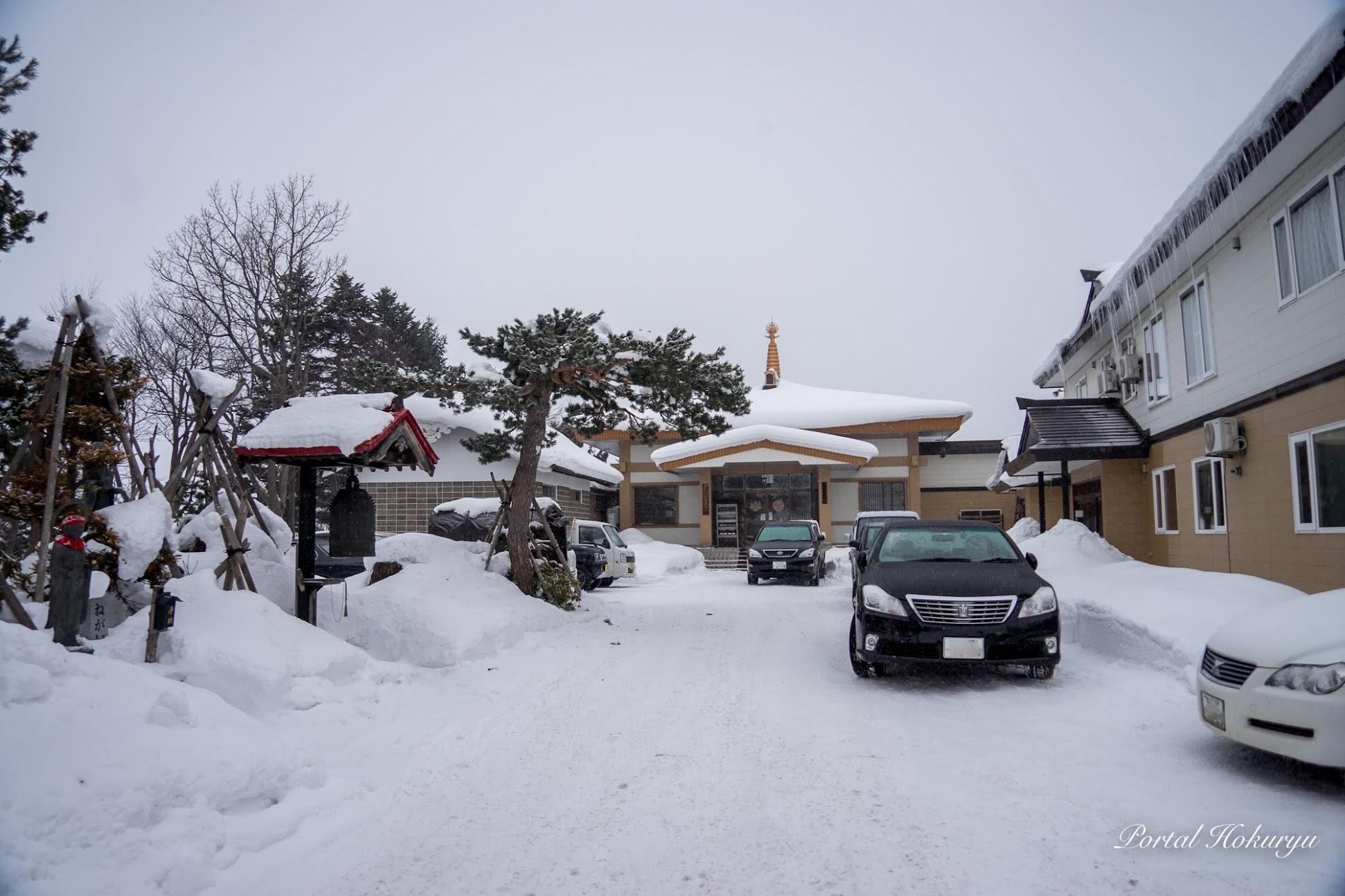 雪景色の中の弘徳寺