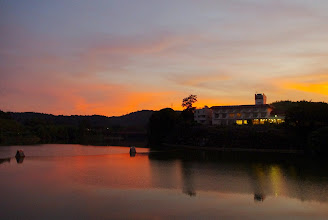 Photo: 夕焼けに映える亀山湖と亀山温泉ホテル