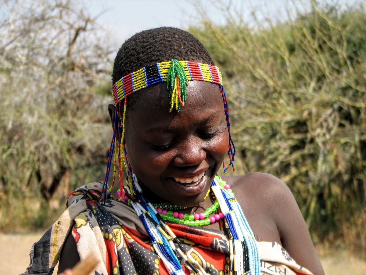 Hadzabe femme avec perles colorées
