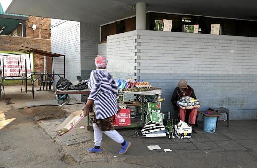 Ambulanspersoneel word deur skare gedwing om lyk na die hospitaal te vervoer - SowetanLIVE Sunday World