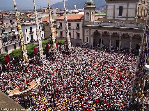 Festa dei gigli på den store piazzaen i Nola