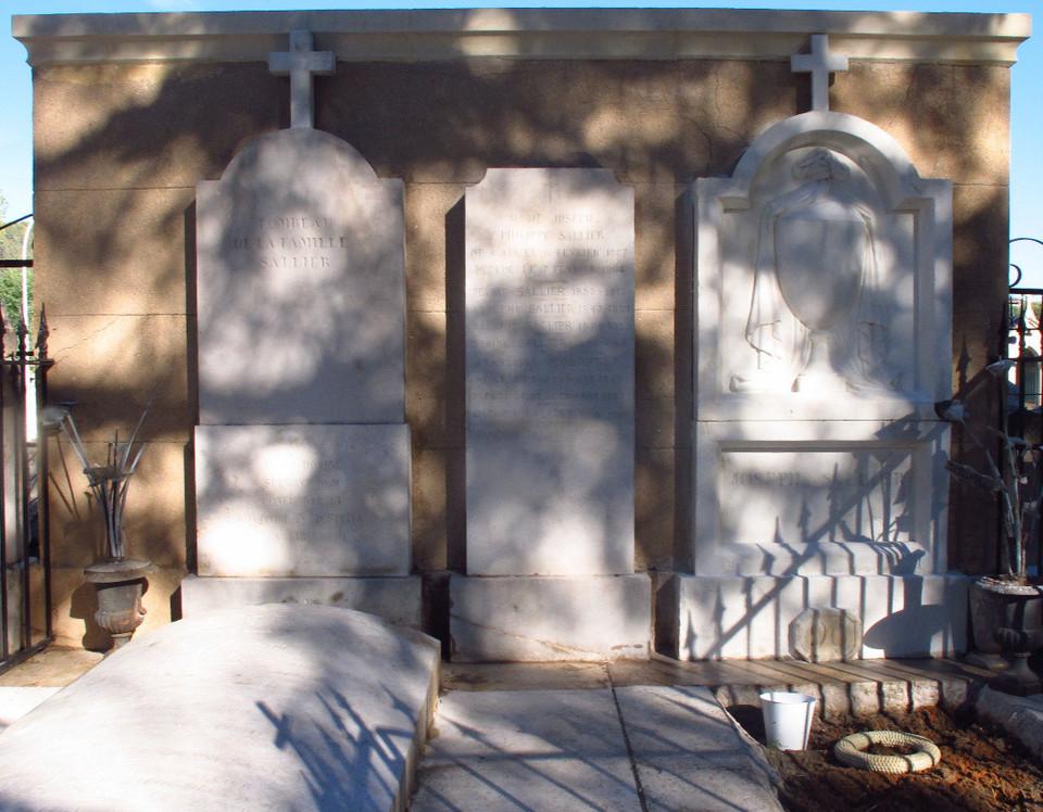 Tombe en pierre au cimetière Saint Pierre à Aix en Provence nettoyée