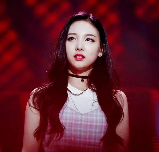 nayeon choker 2