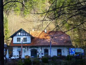 """Photo: Route: Muggendor, Pkpl. Myrastub'm (~480m) - (rot) Myrafälle - (o.M.) Hausstein (664m) - Ghf Karnerwirt - (blau, """"über die Stoa"""", dann auch 231) Wh Jagasitz - (gelb) Jausenstation Reischer - (blau) Steinwandklamm - (rot, dann gelb) Gehöft Klause - Karnerwirt - (rot) Muggendorf +++ Ausgeschrieben von Gerhard +++ Mit dabei waren Franz&Uschi, Gerhard, Heinz, Heidi, Alfred, Peter L, Marlies, Herbert und Edith +++  Das Wetter war sonnig, Raureif am Hausstein, brauchbare Fernsicht, nachmittags recht dunstig um den Schneeberg, viel Wasser bei den Myrafällen; 2€ für die Klamm, Ausklang im Lindenhof +++ HL: Heinz geht über 'Am Eich', schöhe Fotos am Vormittag +++ FG mit Edith  Den Treffpunkt beim Parkpl. Myrastub'm knapp erreicht, bleibt keine Zeit, sich mehr umzusehen."""