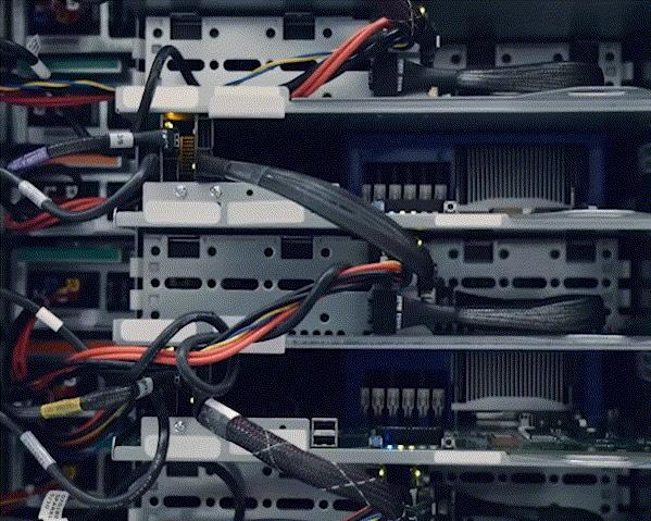 Extreme Nahaufnahme von vier Servern und ihren Netzwerkkabeln