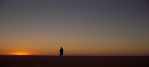 Photo: O plano do sol nascente que castigará o personagem Gasim antes deste ser resgatado por Lawrence. Exemplo da direção de fotografia brilhante de Freddie Young, que o fez por merecer o Oscar que ganhou.