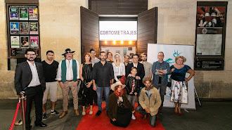 Cineastas almerienses, en la puerta del Cervantes.