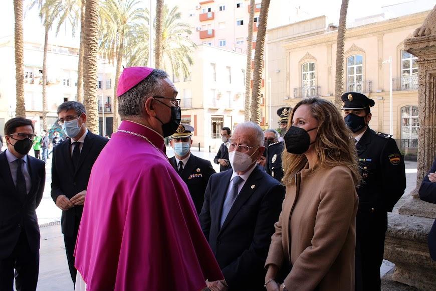 El obispo Antonio Gómez saludando a la delegada de Gobierno de la Junta y al alcalde de Roquetas de Mar.