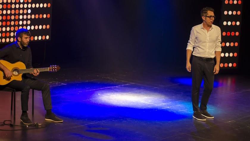 Berto Romero cantando acompañado de Iván Lagarto.