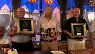 El alcalde de Cuevas entrega el escudo de la ciudad a las asociaciones de veteranos de la Guardia Civil.