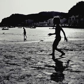Running on the beach ... by Ana Batista Constantino - People Street & Candids ( sunset beach )