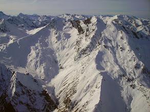 Photo: Vision aérienne sur la station de ski du cirque du Lys (Cauteret) dominée par le Moun Né (ou pic de Monné) 2724m et le Soum de Grum (2657m). A l'horizon à tout droite le Grand et le Petit Gabizos.