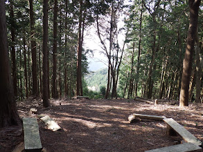 左に石清水と展望地