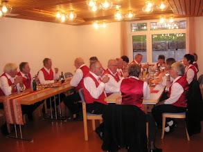 Photo: GF beim offerierten Zvieri. Vielen Dank an die HeimleitungEin schöner Nachmittag mit abwechslungsreicher Volksmusik geht zufrieden für alle zu Ende.
