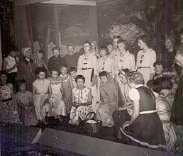 Photo: Bonte avond Het lekespel Mozes. Mozes is geboren en is te vondeling gelegd in het mandje. knielend links: Ria Supér, Aaltje Homan, Anneke Tappes, Rika Kremer, ?? Geke Nijhof Staand Hennie Schuiling, Grietje Oosting, Jannie Kruit, Marga Hofsteenge enz.