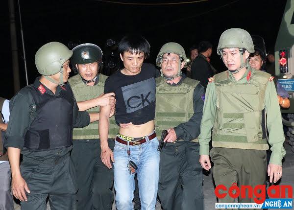 Đại tá Trần Quốc Toản – Trưởng phòng Cảnh sát cơ động (thứ 2 từ bên phải qua) trực tiếp áp sát bắt đối tượng Nguyễn Thành Trung
